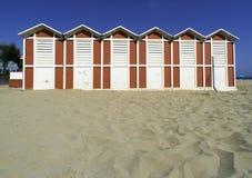Деревянные кабины на пляже стоковое изображение rf