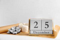 Деревянные календарь блока и поставки оборачивать на светлой предпосылке christmas countdown Стоковые Фотографии RF