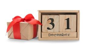 Деревянные календарь и подарочная коробка блока на белой предпосылке christmas countdown стоковые фото