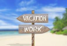 Деревянные каникулы или работа знака направления Стоковые Изображения