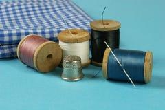 Деревянные катышкы с покрашенными бумажными нитками для шить, Стоковое Изображение RF