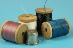 Деревянные катышкы с покрашенными бумажными нитками для шить, Стоковые Фотографии RF