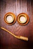 Деревянные китайские керамические пить чашки чая горячие стоковое изображение