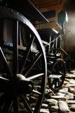 Деревянные колеса, спицы и эпицентр деятельности старой тележки лошади стоковые изображения