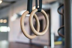 Деревянные кольца поворота в зале фитнеса стоковые изображения rf