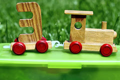 Деревянные комплекты поезда игрушки на коробке Стоковая Фотография