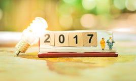 Деревянные концепция Нового года блока 2017 номера счастливая Стоковое фото RF