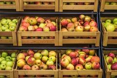 Деревянные коробки яблок в супермаркете Стоковые Изображения RF