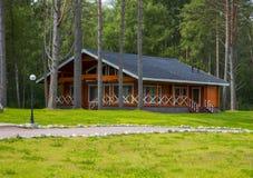 Деревянные коттеджи домов в древесинах Стоковая Фотография