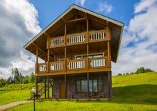 Деревянные коттеджи домов в древесинах Стоковые Фото