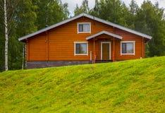 Деревянные коттеджи домов в древесинах Стоковые Фотографии RF