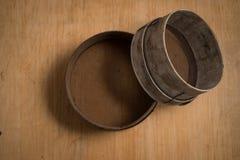 Деревянные кольца на деревянной поверхности Стоковое фото RF