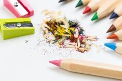 Деревянные красочные карандаши изолированные на белой предпосылке, точилки для карандашей стоковое изображение
