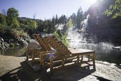 Деревянные кресла для отдыха около горячего источника Стоковая Фотография RF