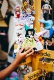 Деревянные куклы одетые в различных обмундированиях handmade деревянные куклы вися как дисплей Декоративные куклы Стоковые Изображения RF