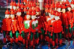 Деревянные куклы pinocchio с его длинным носом Стоковые Фотографии RF