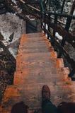 Деревянные лестницы идя вниз в сезон зимы стоковое фото rf