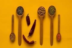 Деревянные ложка и ингридиенты на желтой предпосылке Концепция продуктов хлопьев органических Здоровое питание, выбор чистой еды стоковое фото rf