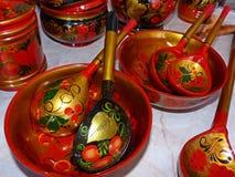 Деревянные ложки и tableware кухни closeup Khokhloma - старое русское фольклорное столетие ремесла XVII стоковая фотография rf