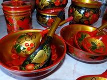 Деревянные ложки и tableware кухни closeup Khokhloma - старое русское фольклорное столетие ремесла XVII стоковое фото