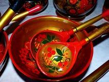Деревянные ложки и tableware кухни closeup Khokhloma - старое русское фольклорное столетие ремесла XVII стоковые фото