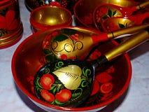 Деревянные ложки и tableware кухни closeup Khokhloma - старое русское фольклорное столетие ремесла XVII стоковые фотографии rf