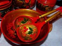 Деревянные ложки и tableware кухни closeup Khokhloma - старое русское фольклорное столетие ремесла XVII стоковое изображение rf