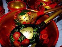 Деревянные ложки и tableware кухни closeup Khokhloma - старое русское фольклорное столетие ремесла XVII стоковые изображения rf