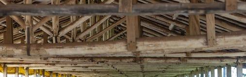 Деревянные лучи вешалки стоковое изображение