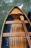Деревянные маленькая лодка и затворы Стоковое Фото