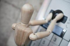 Деревянные марионетка и inerphone с камерой - sec концепции Стоковая Фотография