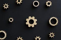 Деревянные механизмы на черной предпосылке черный мелок доски Концепция дня папы стоковое фото