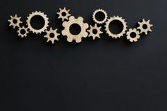 Деревянные механизмы на черной предпосылке черный мелок доски стоковое фото