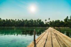 Деревянные мост или пристань на пляже и море Стоковая Фотография RF