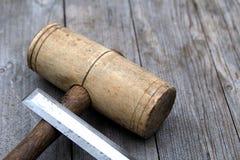 Деревянные мушкел и зубило работы по дереву на выдержанной деревянной предпосылке Стоковая Фотография RF
