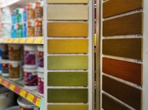 деревянные образцы пятна в магазине строительных материалов стоковая фотография