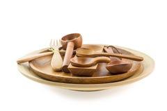 Деревянные ложки в деревянных плитах на белой предпосылке Стоковые Изображения RF