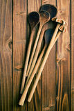 Деревянные ложки на таблице Стоковые Фото