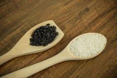 Деревянные ложки с рисом и барбарисом Стоковое Фото