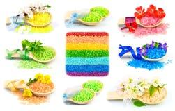 Деревянные ложки с солью для принятия ванны цвета, комплектом Стоковое Фото