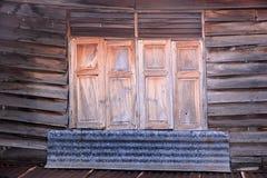 Деревянные окна старого дома Стоковое Изображение