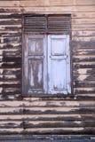 Деревянные окна старого дома Стоковые Изображения RF