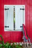 Деревянные окна с белыми стенами, красным цветом, черной землей Стоковое фото RF