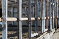 Деревянные оконные рамы без стекла в разрушенном здании Стоковое Фото