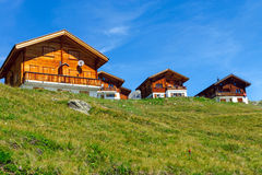 Деревянные дома в горных вершинах стоковое фото