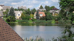 Деревянные дома на береге озера в Литве Стоковое Изображение RF