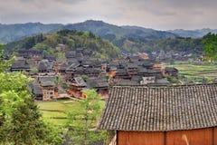 Деревянные дома фермеров в горном селе аграрном Ch стоковое изображение