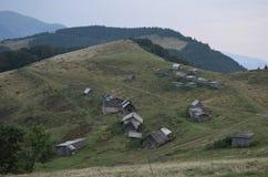 Деревянные дома ` чабанов в украинских Карпатах стоковые изображения