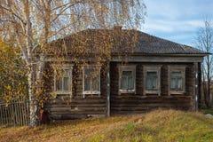 Деревянные дом и береза Стоковые Фотографии RF