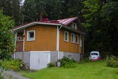 Деревянные дом и Volkswagen Beetle Стоковая Фотография RF